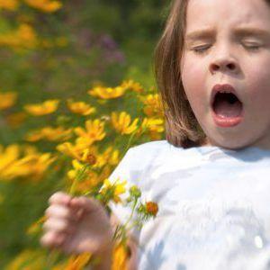 Причини і лікування червоних плям у вигляді дрібної висипки у дитини
