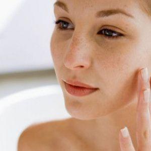 Причини і лікування лущення шкіри на обличчі і тілі ефективними мазями та кремами